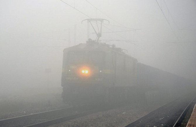हवामान खात्याने सांगितले आहे, की डिसेंबरच्या दुसऱ्या आठवड्यातही धुके असण्याची शक्यता आहे. - Divya Marathi