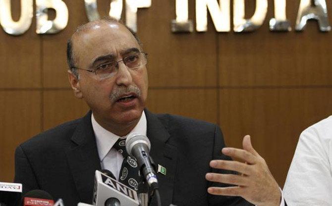 पाकिस्तानचे उच्चायुक्त अब्दुल बासित यांनी चर्चेची तयारी दाखवली आहे. - Divya Marathi