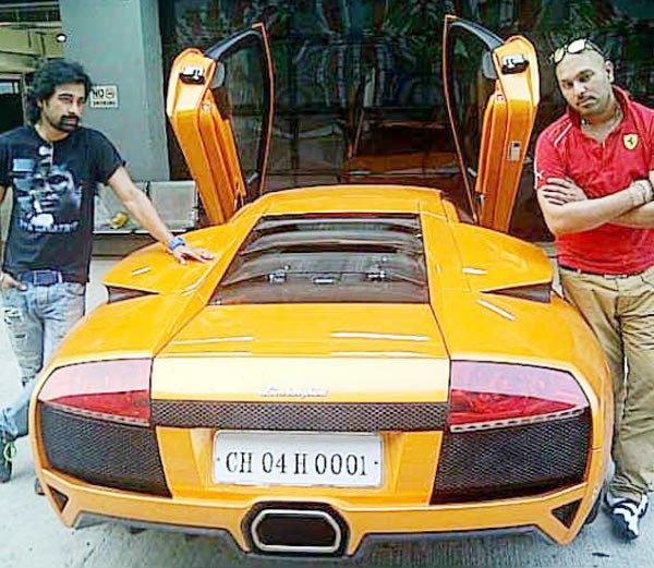 आपल्या लॅम्बोर्गिनी समवेत युवराज आणि त्याचा मित्र रणविजय - Divya Marathi