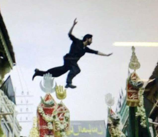 याच सीनमुळे विरोध होत आहे. यामध्ये शाहरुख अलमच्या  जुलूसवरुन हवेतून उडी मारताना दिसत आहे. - Divya Marathi