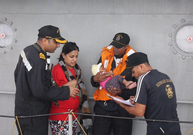 सर्व पर्यटकांच्या सुटकेनंतर कुटुंबियांनी सुटकेचा निश्वास सोडला. - Divya Marathi