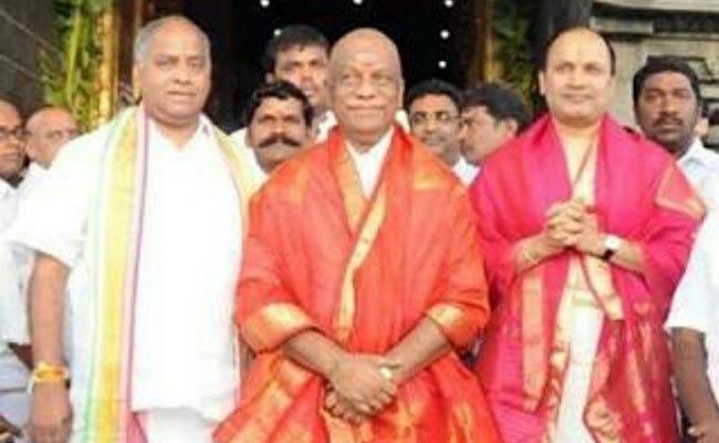 तामिळनाडूचे सीएम ओ. पन्नीरसेल्वम गेल्यावर्षी तिरुपती बालाजी मंदिरात गेले होते. त्यावेळी त्यांच्याबरोबर शेखर रेड्डी होते. (फाइल) - Divya Marathi