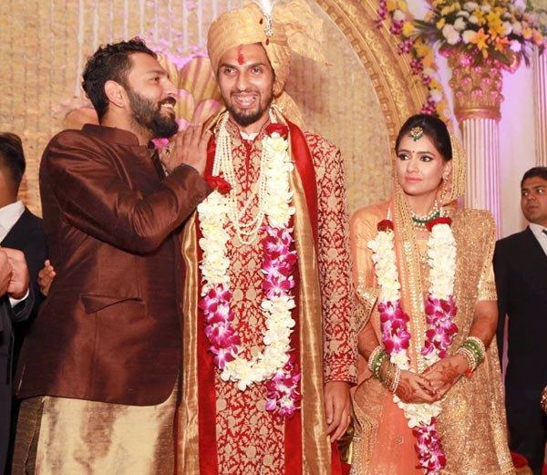 लग्नात पोहचलेला युवराजने इशांतला कानात काहीतरी ऐकवले. ज्यामुळे नवरदेवाला हसू आवरले नाही. - Divya Marathi