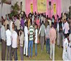 धगधगत्या कारचे दृश्य पाहून जनसमुदायही सुन्न झाला. - Divya Marathi