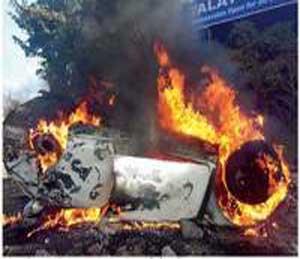 जखमींना बाहेर काढल्यानंतर कारने पेट घेतला. - Divya Marathi