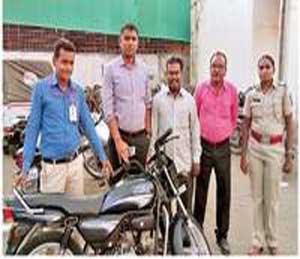 दुचाकी मूळ मालकाला परत देताना पोलिस कर्मचारी. - Divya Marathi