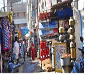 शहरातील अनेक रस्त्यांवर दुकानदारांनी आपले साहित्य माल बाहेर ठेवल्याने वाहतुकीला अडथळा होत आहे. - Divya Marathi