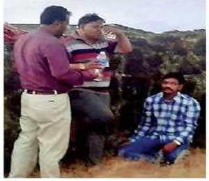 साेशल मीडियावर व्हायरल फाेटाेंमध्ये नगरसेवक पिंजारी. - Divya Marathi