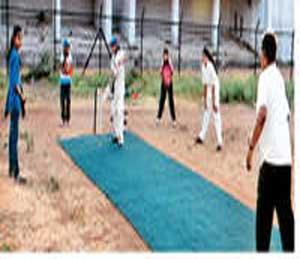 रागिनी वुमेन्स क्लबचे खेळाडू क्रिकेट सराव करतानाचे छायाचित्र. - Divya Marathi