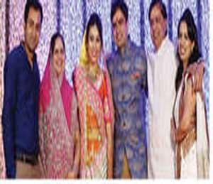 नवदांपत्य गौरव सुरभी यांच्यासह अशोक पितळे परिवार. - Divya Marathi