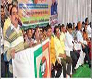 कार्यक्रमात बोलताना माजी मंत्री एकनाथ खडसे, सोबत मान्यवर. - Divya Marathi