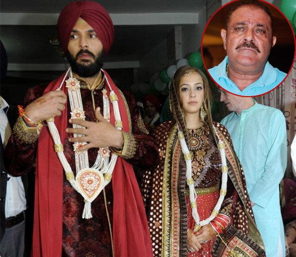युवराज सिंगचे वडील योगराज सिंग आपल्या मुलावर नाराज आहेत. युवीने लग्नात आपल्याला साधा कुर्ता-पायजमाही दिला नसल्याचे सांगत नाराजी व्यक्त केली. - Divya Marathi