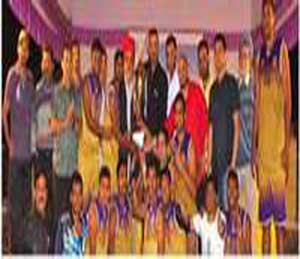 एबीसी क्रीडा मंडळाच्या वतीने स्व. मनदीपसिंग परमार यांच्या स्मरणार्थ आयोजित निमंत्रित खुल्या राज्यस्तरीय बास्केट बॉल स्पर्धेत विजय मिळवलेल्या महाराष्ट्र पोलीस संघास करंडक प्रदान करताना उद्योजक नरेंद्र फिरोदिया - Divya Marathi