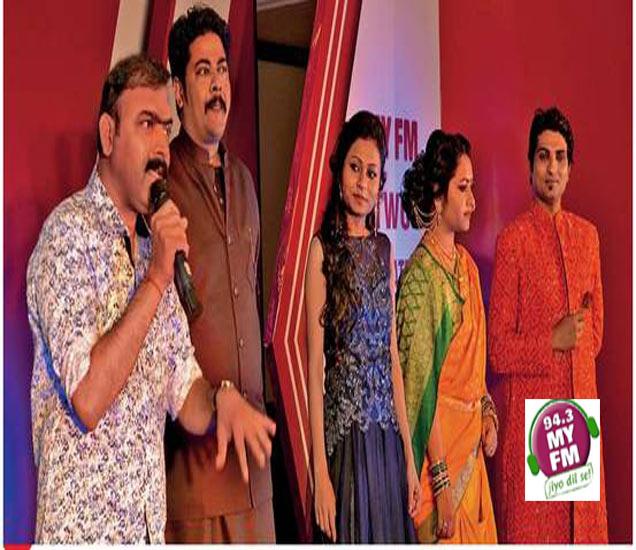 अभिनेते मकरंद अनासपुरे यांनी उपस्थित रसिकांशी संवाद साधला. या वेळी माय एफएम ९४.३ चे आरजे. - Divya Marathi