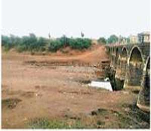 डिसेंबर महिन्यातच पूर्णा नदीचे असे डबक्यात रुपांतर झाले आहे - Divya Marathi
