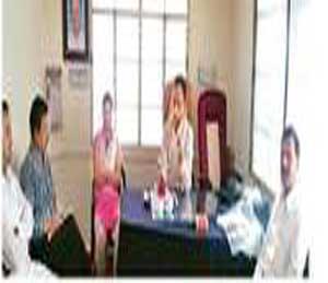 माहिती देताना नगराध्यक्ष नाझेर काझी मुख्याधिकारी धनश्री शिंदे. - Divya Marathi