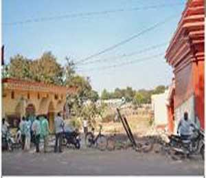 हनुमान मंदिर कालिका माता मंदिराच्या मधोमध होणारा रस्ता. - Divya Marathi