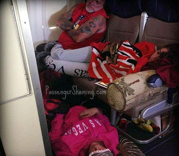 विमान प्रवासादरम्यान लोक कसे विचित्र पद्धतीने प्रवास करतात, झोपतात हे सांगणारा हा फोटो.... - Divya Marathi