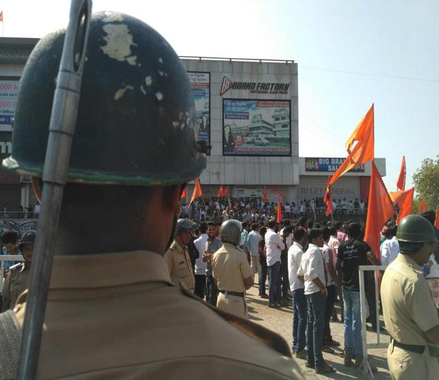 औरंगाबादमधील आकाशवाणी चौक येथील आंदोलक आणि पोलिस. - Divya Marathi
