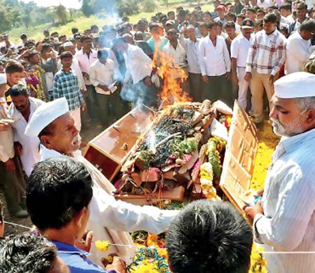 शहीद जवान विकास समुद्रे यांच्या पार्थिवावर बंधू परमेश्वर यांनी अंत्यसंस्कार केले. - Divya Marathi