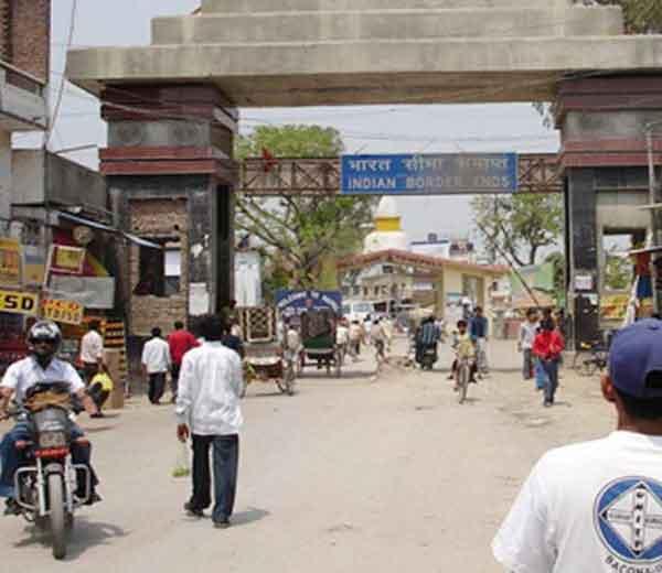 बिहारमधील पूर्व चंपारण जिल्ह्यातील रक्सोल हे गाव भारत-नेपाळची सीमा रेषा आहे. - Divya Marathi