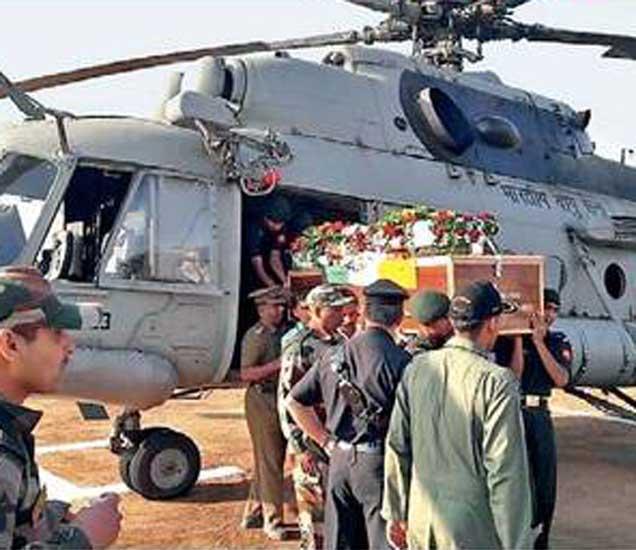 हेलिकॉप्टरद्वारे धारूर येथील एसटी महामंडळाच्या अागारामध्ये हेलिपॅडवर शहीद विकास समुद्रे यांचे पार्थिव आणण्यात अाले. - Divya Marathi