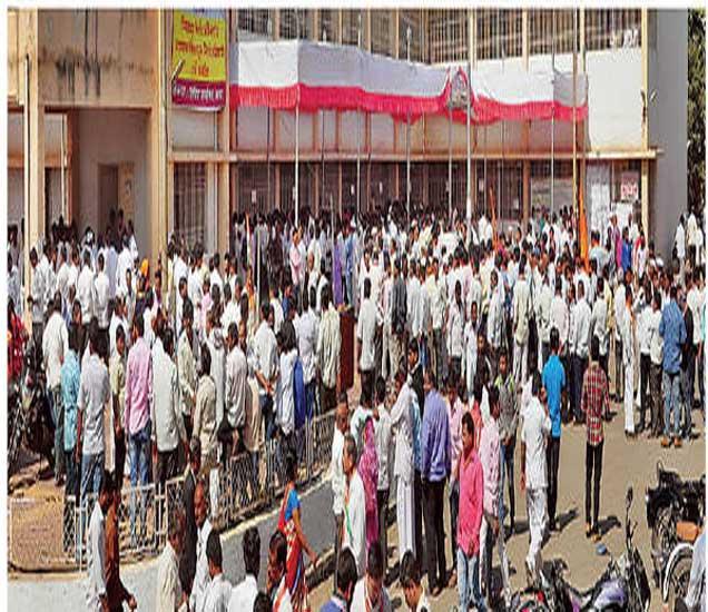 उमेदवारी अर्ज भरण्यासाठी तहसील कार्यालयाच्या आवारात झालेली गर्दी. - Divya Marathi