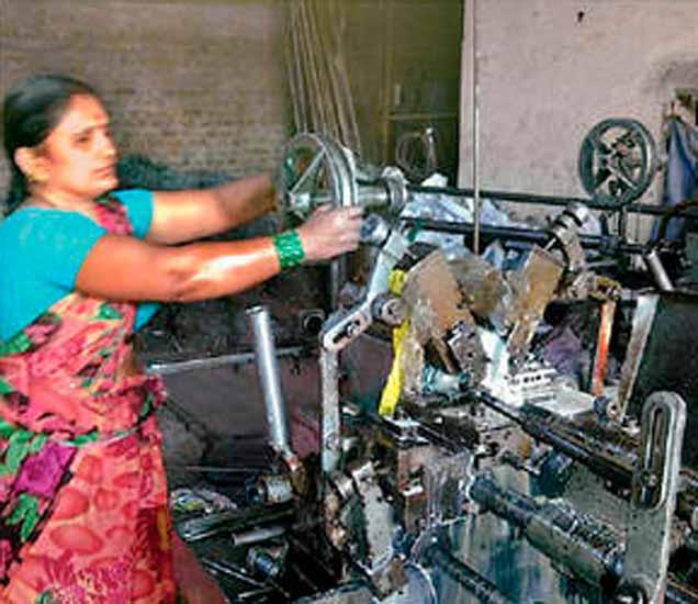 शकुंतला घोटे या स्वत: प्रत्यक्ष मशीनवर काम करताना. - Divya Marathi