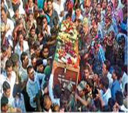 अकाेल्यात शहिद अानंद गवई यांच्या अंत्यदर्शनासाठी माेठी गर्दी झाली हाेती. - Divya Marathi