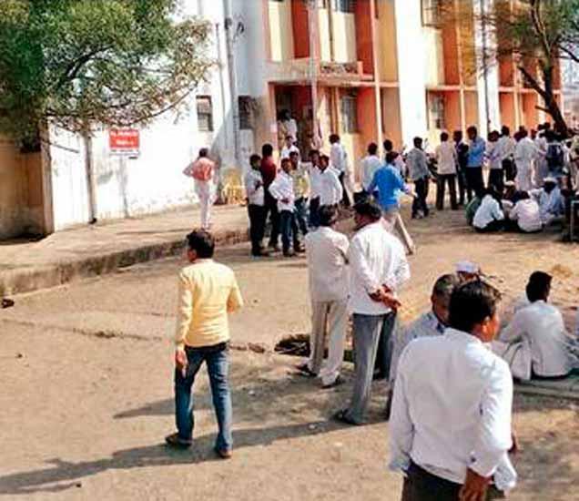 वडवणी तहसील परिसरात उमेदवारी अर्ज छाननीदरम्यान झालेली कार्यकर्त्यांची गर्दी - Divya Marathi