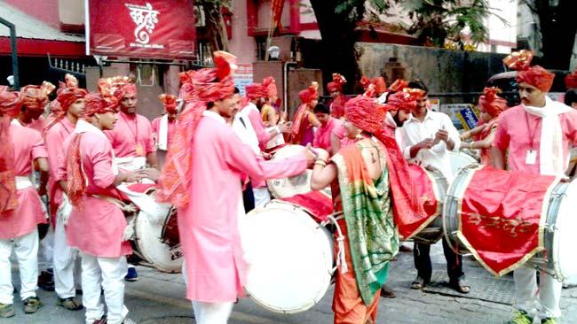 वाजत गाजत निघाली ग्रंथदिंडी. - Divya Marathi