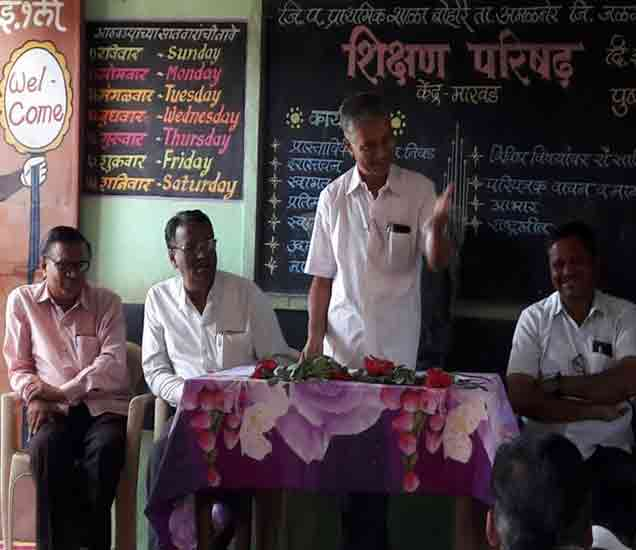 बोहरा जि प शाळेत मार्गदर्शन करताना  गटशिक्षणाधिकारी ए डी पाटील सोबत शिक्षणविस्तार अधिकारी पी डी धनगर,बी पी चौधरी आदी - Divya Marathi