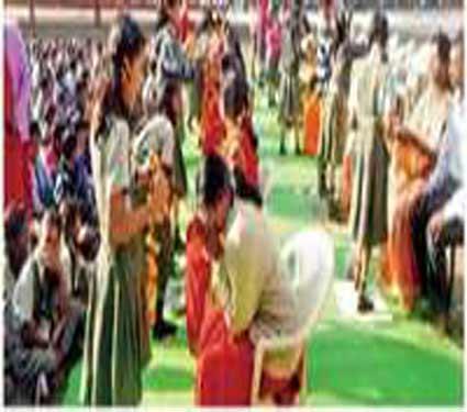 मातृपितृ पूजनप्रसंगी पालकांना विद्यार्थ्यांना अश्रू अनावर झाले झाले होते. - Divya Marathi