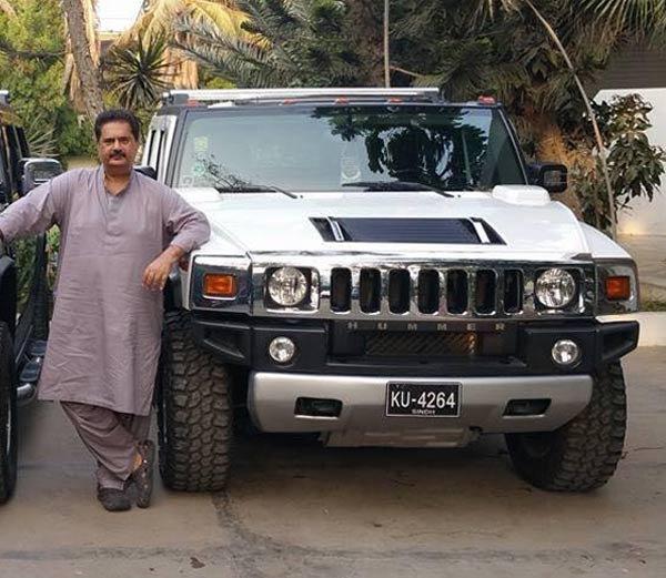 एमक्यूएमचे नेते नादिर गाबोल आपल्या हमर कारसमवेत. त्यांच्याजवळ दोन हमर आणि एक शेवर कोवार्टेसोबतच अनेक एसयूवी मॉडेल कार आहेत. - Divya Marathi
