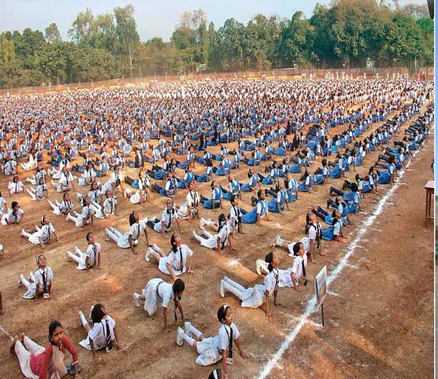 जागतिक सूर्यनमस्कार दिनानिमित्त आयोजित उपक्रमात सहभागी विद्यार्थ्यांनी सादर केलेल्या सूर्यनमस्काराचा असा नजारा अत्यंत प्रेरणादायी होता. - Divya Marathi
