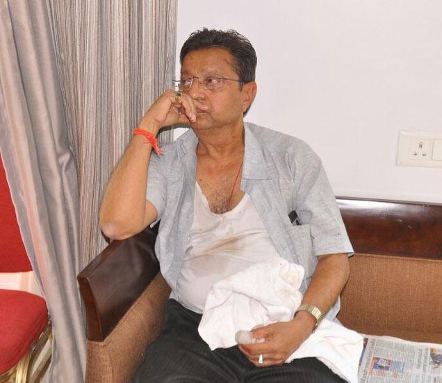 युवक काँग्रेसच्या कार्यकर्त्यांनी शहर काँग्रेस अध्यक्ष संजय अकर्ते शहर महिला काँग्रेस अध्यक्षा अर्चना सवाई यांना मारहाण केली. - Divya Marathi