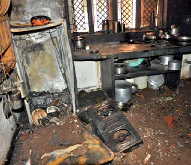 हिंगोली शहरातील बळसोंड भागातील शिक्षक कॉलनीतील उद्ध्वस्त घर. - Divya Marathi