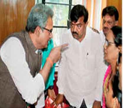 निवडणुकीत वादग्रस्त ठरलेले सुधाकर बडगुजर, विनायक पांडे, रत्नमाला राणे यांना सूचना देताना खासदार अनिल देसाई. - Divya Marathi