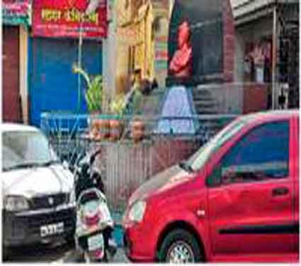स्वामी विवेकानंद यांच्या पुतळ्यासमोर वाहने उभी केली जातात. - Divya Marathi