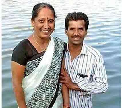 हा फोटो काढल्यानंतर काही क्षणांनी जगदेवी तलावात पडल्या. - Divya Marathi