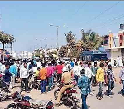 बजाजनगरातील द्वारकानगरीत घटनास्थळी झालेली बघ्यांची गर्दी. - Divya Marathi