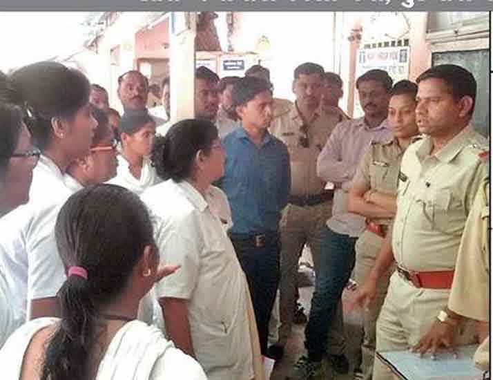 यावल पोलिस ठाण्यात एकत्र आलेले आरोग्य कर्मचारी. - Divya Marathi