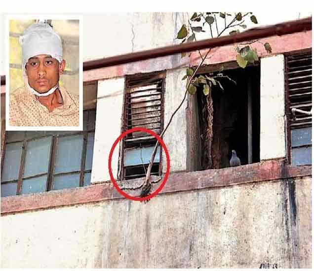 काच निखळलेली खिडकी आणि वर चौकटीत जखमी सय्यद जुबेर. - Divya Marathi