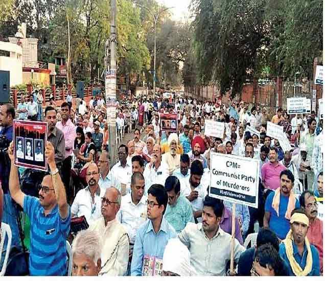 स्वयंसेवक हत्येेविरोधात काढला संवेदना मार्चमध्ये सहभागी झालेले कार्यकर्ते. - Divya Marathi