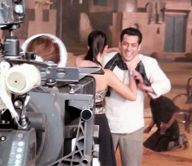 \'एक था टाइगर\' या सिनेमातील गाणे माशाल्लाहच्या शूटिंगदरम्यान कतरिना-सलमान. - Divya Marathi