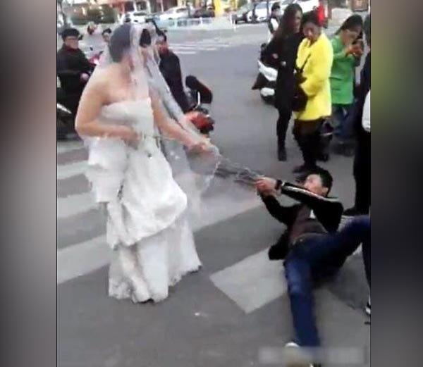 चीनच्या रस्त्यावर एक वेगळा नजारा पाहायला मिळाला. येथे एक तरूणी नवरीच्या ड्रेसवर आपल्या होणा-या भावी पतीला रस्त्यावरून ओढत नेताना दिसत आहे. - Divya Marathi
