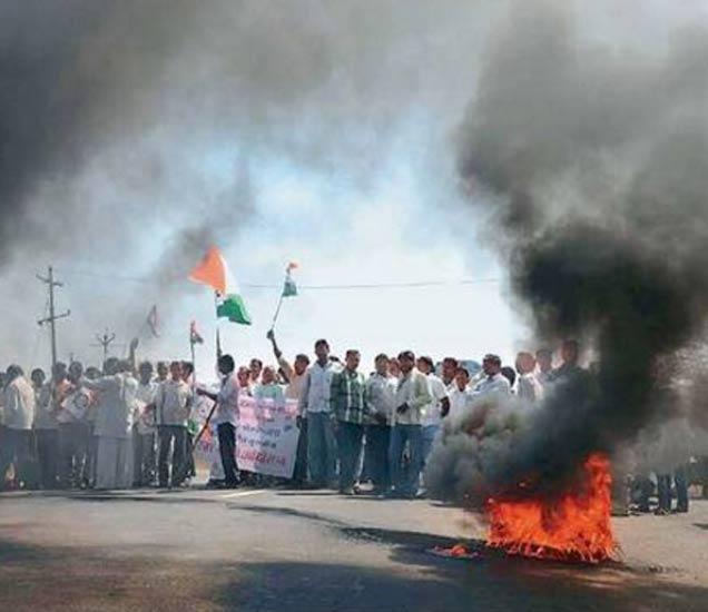 तूर खरेदी केंद्र सुरू करण्यात यावे, या मागणीसाठी काँग्रेस राष्ट्रवादीच्या वतीने राष्ट्रीय महामार्गावर मलकापूरनजीक रास्ता रोको करण्यात आला. रास्ता रोको आंदोलनामुळे वाहनांच्या लांबच लांब रांगा लागल्या होत्या. - Divya Marathi