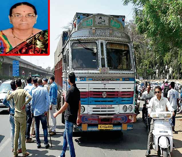 लेखानगर येथे दुचाकी अपघातात हाच ट्रक अंगावरून गेल्याने महिला जागीच ठार झाली. या अपघाताने संतप्त झालेल्या नागरिकांनी ट्रकचालकाला पकडून पाेलिसांच्या ताब्यात दिले. - Divya Marathi