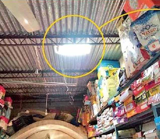चोरट्यांनी याच दुकानात प्रवेश केला होता - Divya Marathi