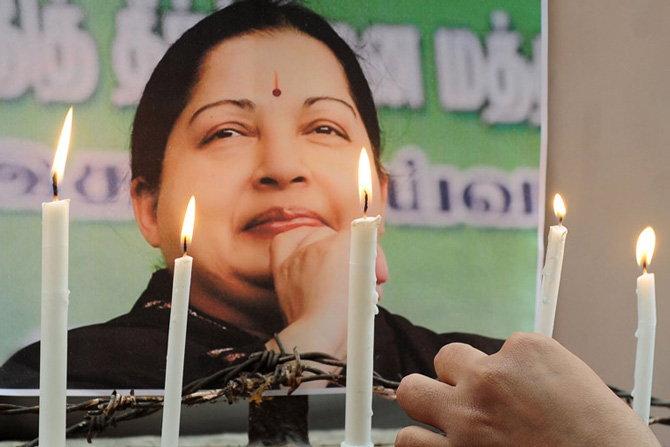 प्रदीर्घ आजारानंतर 5 डिसेंबर रोजी जयललितांचे निधन झाले होते. - Divya Marathi